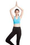 美丽的亚裔健康女孩做瑜伽姿势 免版税图库摄影