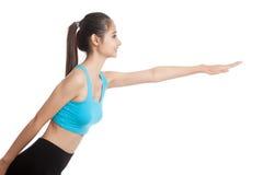 美丽的亚裔健康女孩做瑜伽姿势 免版税库存照片