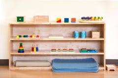 孩子的木玩具装从这个工具的实践于罐中 库存照片