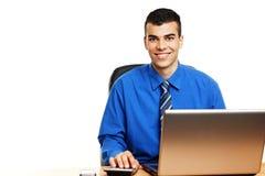 在计算机的年轻商人 库存照片