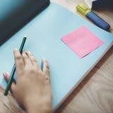 人的手文字工作本空间概念 免版税库存图片