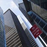 现代玻璃和钢办公楼在更低的曼哈顿 免版税库存照片