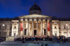 在特拉法加广场的国家肖像馆在晚上在伦敦 图库摄影