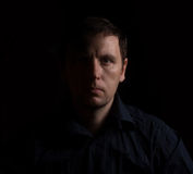 Драматический портрет человека в низком ключе Стоковые Изображения