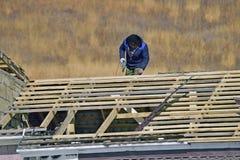 屋顶的工作者 免版税库存照片