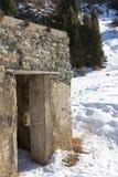 山的被破坏的石房子 免版税库存照片