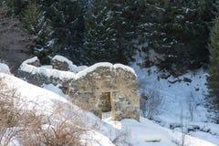 山的被破坏的石房子 免版税图库摄影