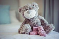 玩具熊和婴孩袜子看法  免版税库存图片