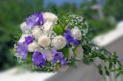 Μπλε λουλούδια και άσπρη γαμήλια ανθοδέσμη τριαντάφυλλων Στοκ Φωτογραφία