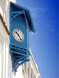 有深蓝色快门的典型的房子在西迪布赛义德,突尼斯计时 库存照片