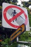 禁止与箭头标志的步行路标 库存图片