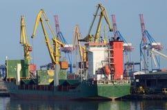 集装箱船在傲德萨货物的装货物品端起,乌克兰 免版税库存图片
