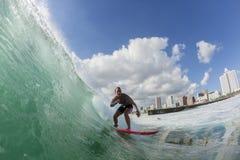 冲浪的冲浪者女孩行动 免版税库存图片