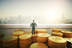 Бизнесмен стоя на золотых монетках Стоковая Фотография