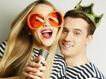 美好的年轻爱恋的夫妇准备好党 免版税库存照片