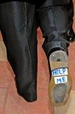 Το γαμήλιο παπούτσι του νεόνυμφου με το σημάδι με βοηθά Στοκ φωτογραφία με δικαίωμα ελεύθερης χρήσης
