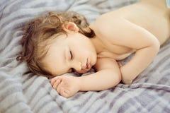 一个美丽的睡觉的婴孩的特写镜头画象 逗人喜爱的婴儿孩子 在淡色口气的儿童画象 婴孩可能是男孩或女孩 免版税库存照片