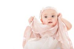 摆在与她的桃红色礼服的美丽的女孩画象  库存图片