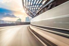 Οδήγηση αυτοκινήτων στο δρόμο στο υπόβαθρο πόλεων, θαμπάδα κινήσεων Στοκ Φωτογραφίες