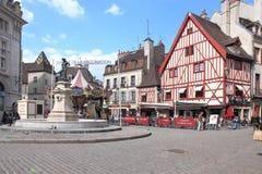 种葡萄并酿酒的人喷泉在地方粗鲁的弗朗索瓦,第茂,法国 免版税库存照片