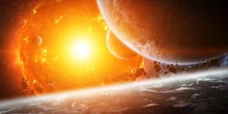 在空间的爆炸的太阳接近行星 免版税库存照片