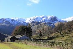 谷仓和放牧地带在英国湖区 免版税库存图片