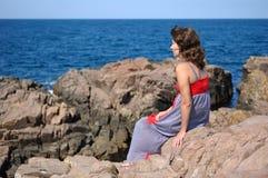 Сиротливая женщина на береге моря Стоковая Фотография RF