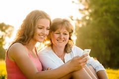 Счастливые моменты совместно - мать и дочь Стоковые Изображения