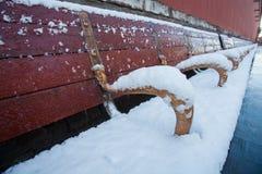 在雪以后的椅子 库存照片