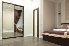 有被反映的衣橱的内部卧室 免版税库存照片
