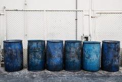 肮脏的蓝色塑料垃圾容器 免版税库存图片