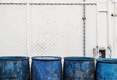 关闭,肮脏的蓝色塑料垃圾容器 免版税库存图片