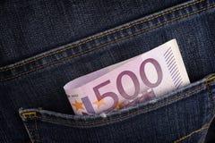 五百在蓝色牛仔裤的后面口袋的欧元钞票 免版税库存照片