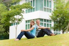 夫妇在庭院里 免版税图库摄影