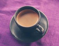 在早餐桌,葡萄酒温暖的颜色上的咖啡杯定了调子图象 库存照片