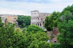 从罗马论坛看见的罗马斗兽场在一多云天 库存照片