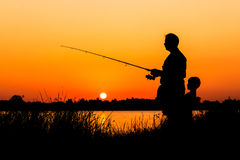 Рыбная ловля отца и сына в реке Стоковая Фотография