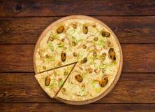 意大利在木背景的海鲜薄饼顶视图 免版税库存图片