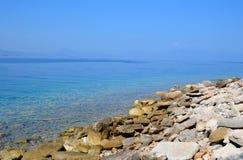 在爱奥尼亚海海岸的岩石  库存照片
