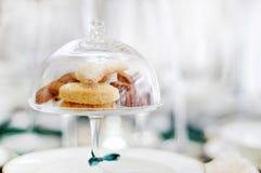 玻璃钟形玻璃容器和曲奇饼 库存照片