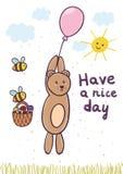 玩得高兴与一次逗人喜爱的熊飞行的卡片在气球 免版税库存图片