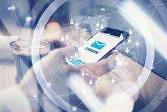 关闭普通举行在短信的消息的女性手上的设计巧妙的电话 消息送象屏幕 界面 库存照片