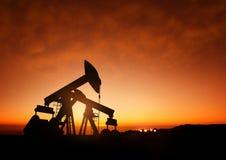Αντλίες πετρελαίου στο σούρουπο Στοκ εικόνες με δικαίωμα ελεύθερης χρήσης