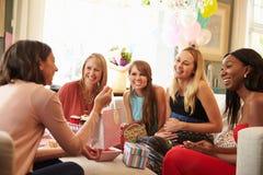 在家见面为婴儿送礼会的小组女性朋友 免版税图库摄影