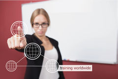 Бизнес-леди отжимая руку тренируя всемирное слово на виртуальном экране Стоковые Фото