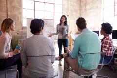 Группа в составе дизайнеры имея встречу метода мозгового штурма в офисе Стоковые Фото