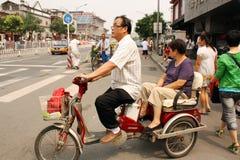 Китайские пары на велосипеде в Пекине Стоковая Фотография