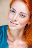 一名年轻美丽的有雀斑的红头发人妇女的画象 免版税库存照片