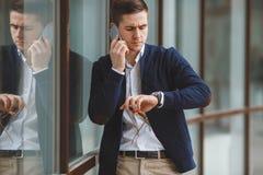 年轻商人谈话在手机户外 库存图片