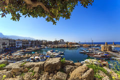 迷住的凯里尼亚,北赛普勒斯土耳其共和国小游艇船坞 免版税图库摄影
